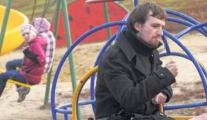 В Омске штрафуют за курение на детской площадке